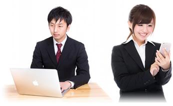 インターネットで仕事を探す若い求職者